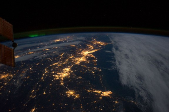 Slike Zemlje iz svemira  Isto%C4%8Dna-obala-SAD-a.-Svjetla-Ri%C4%8Dmonda-Va%C5%A1ingtona-Balimora-Filadelfije-i-Njujorka.-575x382