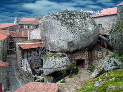 Selo između stijena