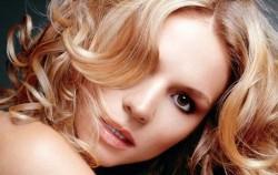 7 sexy frizura za kovrdžavu kosu