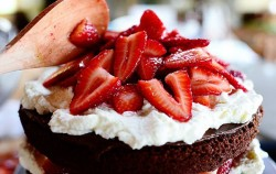 Lako za napraviti: Čokoladna torta s jagodama i nutelom