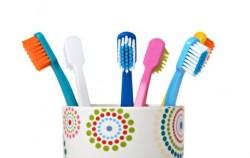 Zašto svaka žena treba imati četkicu za zube u torbi