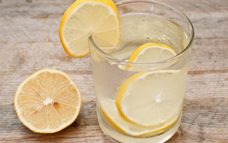 Evo zašto treba da svaki dan počnete s čašom tople vode i limunom